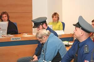 Třiašedesátiletý Antonín Kolář před zlínským soudem dne 18. února 2009. Senior je obžalovaný hned ze dvou trestných činů - za nedovolenou výrobu a držení omamných a psychotropních látek a jedů, dále také pro ohrožování výchovy mládeže.