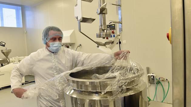 Příprava dezinfekčního gelu na UTB - Zaměstnanci zlínské Univerzity Tomáše Bati uvařili 5. března 2020 další dávku vlastního dezinfekčního gelu na ruce