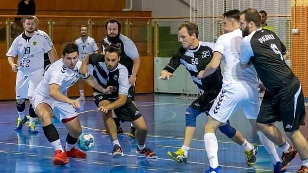 Házenkáři Napajedel (v bílém) začali sezonu ve II. lize skupině Severní Morava skvěle, vyhráli všechny čtyři duely. Včetně toho s Polankou.