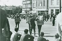 Když se lidé v Gottwaldově dozvěděli, že se blíží Rudá armáda, oblékli si sváteční šaty a korzovali městem.