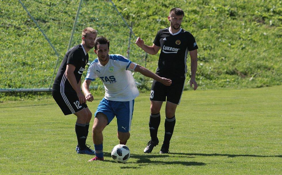 Fotbalisté Luhačovic (v černých dresech) prohráli se Štítnou nad Vláří 1:2 na penalty