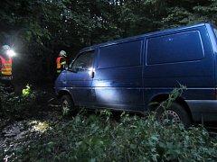 Řidič sjel s autem ze srázu do potoka