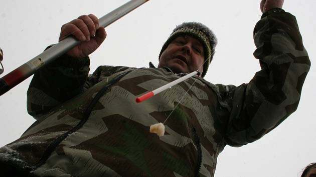 Antonín Čechmánek zkoušel lákat ryby na rohlík.