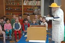 Včelař Josef Okál besedoval s dětmi z mateřské školy na Santražinách.