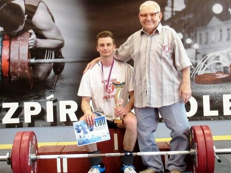Zlínský vzpěrač Dominik Šesták v hmotnostní kategorii do 67 kg za výkon 200kg získal vysněný historický titul mistra ČR pro rok 2021. Na snímku s trenérem jaroslavem Janebou.