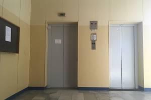 V panelovém domě se stovkami obyvatel na Jižních svazích ve Zlíně nejede již měsíc výtah.