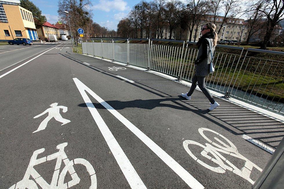Cyklisté a běžci ve Zlíně na Benešově nábřeží; neděle 28. února 2021