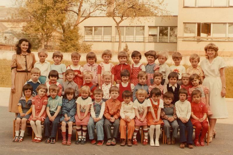 MŠ FRYŠTÁK, DRUHÁ TŘÍDA (1981–1982). Děti s paní učitelkou Evou Hanačíkovou a Marcelou Ševelovou.