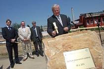 Slavnostní poklepání základnho kámene stavby budovy Centra polymerních systémů ve Zlíně.