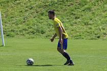 Fotbalisté Luhačovic (ve žlutém). Ilustrační foto