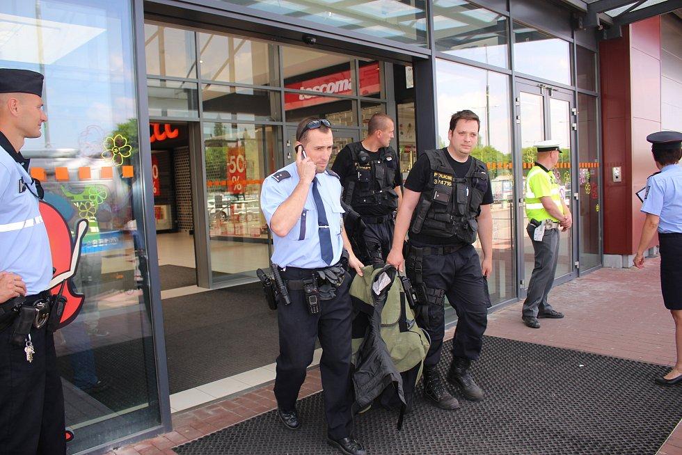Evakuace zaměstnanců a zákazníků v obchodním centru ve Zlíně Malenovicích