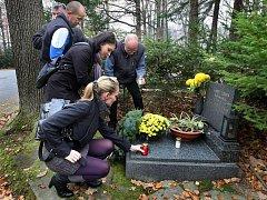Delegace zlínských filmařů na čele se šéfem zlínských filmových ateliérů Zdeňkem Skaunicem ve středu 3. listopadu položili věnec k hrobu režiséra Karla Zemana. Ten by se dnes dožil 100 let.