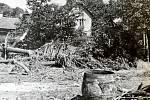 JASENNÁ, SMRTÍCÍ POVODEŇ. Rok 1939 byl pro obec Jasennou opravdu nešťastný. Kromě nacistické okupace museli čelit obyvatelé velké povodni. Potok Jasenka se vylil z břehů a voda protekla celou obcí. Voda ničila vše, co jí přišlo do cesty.