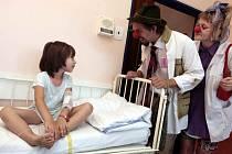 Zdravotní klauni na dětském oddělení krajské nemocnice T. Bati.