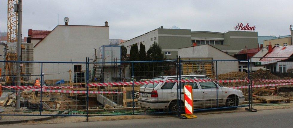 Ve zlínské ulici Kvítková dělníci staví nový objekt pro zlínské Centrum prenatální diagnostiky a genetiky Prediko, která se tam poté přestěhuje z prostor tamní kliniky. Zbývající volnou zástavbu do budoucna zřejmě zaplní dvojice polyfunkčních domů.