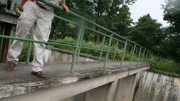 ZATÍM JEN JEZ. Turbíny změní řeku Vláru ve výrobnu elektrické energie, která podle starosty Jiřího Slováka zaplatí například veřejné osvětlení Bohuslavic nad Vláří.