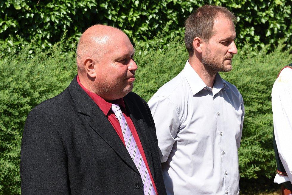 Obec Mysločovice. (Zleva) starosta Pavel Žák, místostarosta Petr Jurášek.