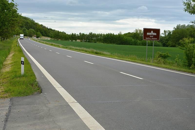 Silnice II. tř. č. 438 mezi Jankovicemi a Dobroticemi na Kroměřížsku bývá místem častých střetů se zvěří. Většinou bez tragických následků. Řidiči tu musí zvolnit a být ostražití. Snímek z 24.5.2021.