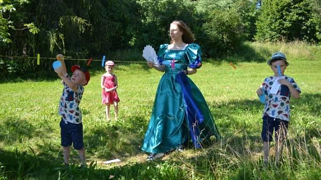 V pohádkovém lese pro děti přichystali úkoly vodník, princezna i víla.