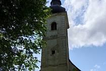 Zapomenutý kostel a okouzlující rybník.