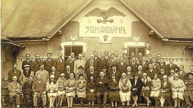 LUHAČOVICE. Poslední valná hromada se konala před starou sokolovnou ještě před jejím zbouráním v roce 1929. Uprostřed sedí starosta luhačovického Sokola Josef Krystýnek, nad ním lázeňský zahradník Josef Vokurka s plnovousem, vlevo stojí jeho syn.