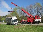 Do příkopu sjel náklaďák, který převážel kotle