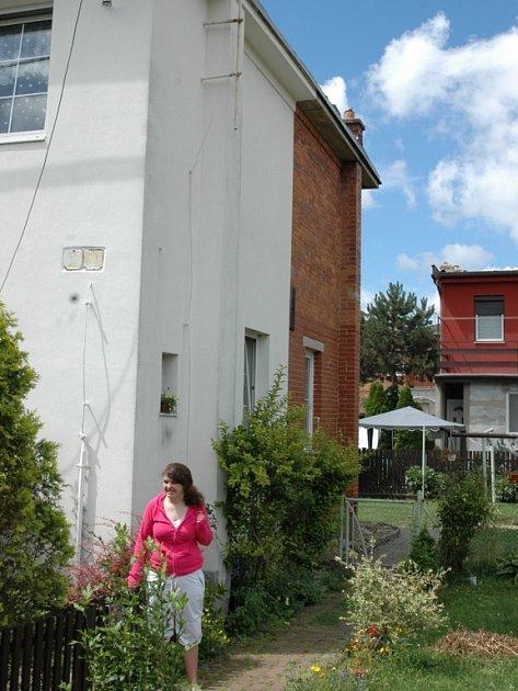 U OPRAVENÉHO DOMKU. Nejen uvnitř, ale i zvenčí vypadá domek rodiny Benkovy jinak než před desíti lety.