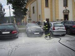 Požár osobního automobilu Toyota Avensis na parkovišti pod kostelem.
