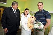 První miminko narozené v roce 2016 ve Zlínském Kraji Eliška Orsavová v porodnici v Krajské nemocnici T. Baťi ve Zlíně.  Na snímku hejtman Stanislav Mišák, maminka Hana a otec Lukáš.