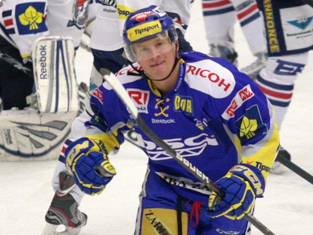 Extraligoví hokejisté Zlína (v modrém) proti Chomutovu. Pavel Kubiš.