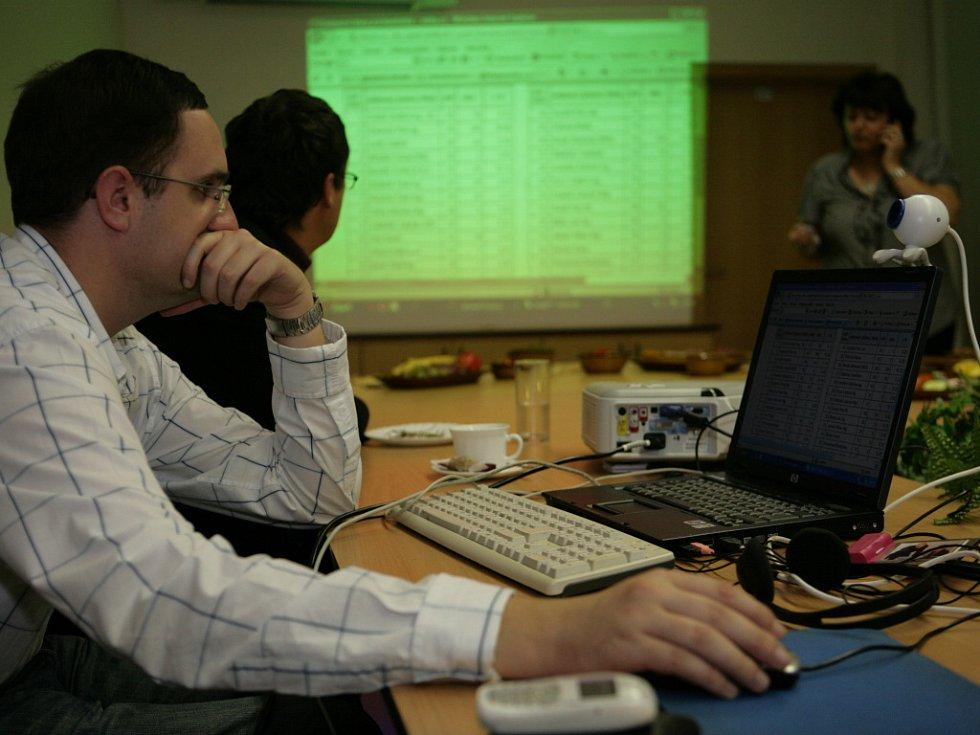 Lidovci si volební výsledky promítali na velkoplošné projekci.