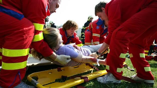 Záchranáři zacházejí s figuranty stejně odborně, jako by ošetřovali opravdu zraněné.
