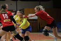 Házenkářky Zlína (ve žlutých dresech) ve 24. kole MOL ligy porazily Hodonín 37:25.