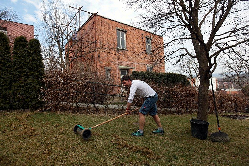 Petr Blažek upravuje trávník u domu v Lesní čtvrti ve Zlíně; sobota 27. března 2021