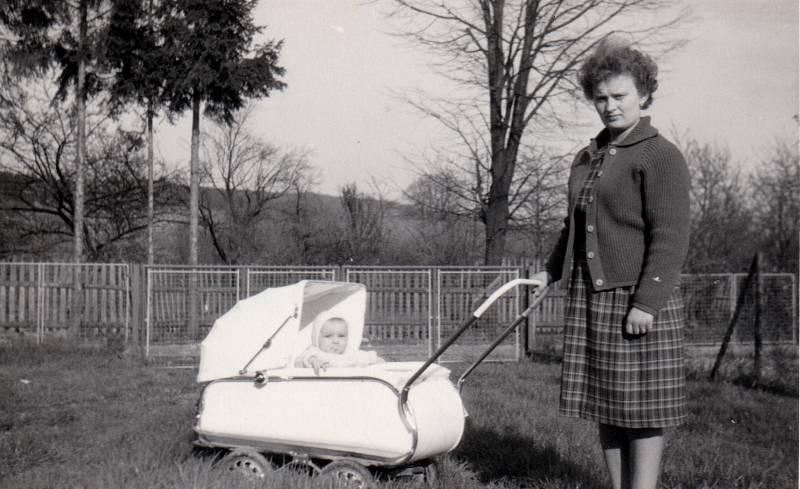 1966. Snímek zachycuje tehdejší maminku s dítětem v kočárku na zahradě u Jurčíků.