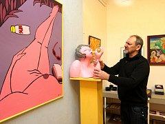 Výstava v Art galerii ve Zlíně. Na snímku galerista Luděk Pavézka při instalaci výstavy.