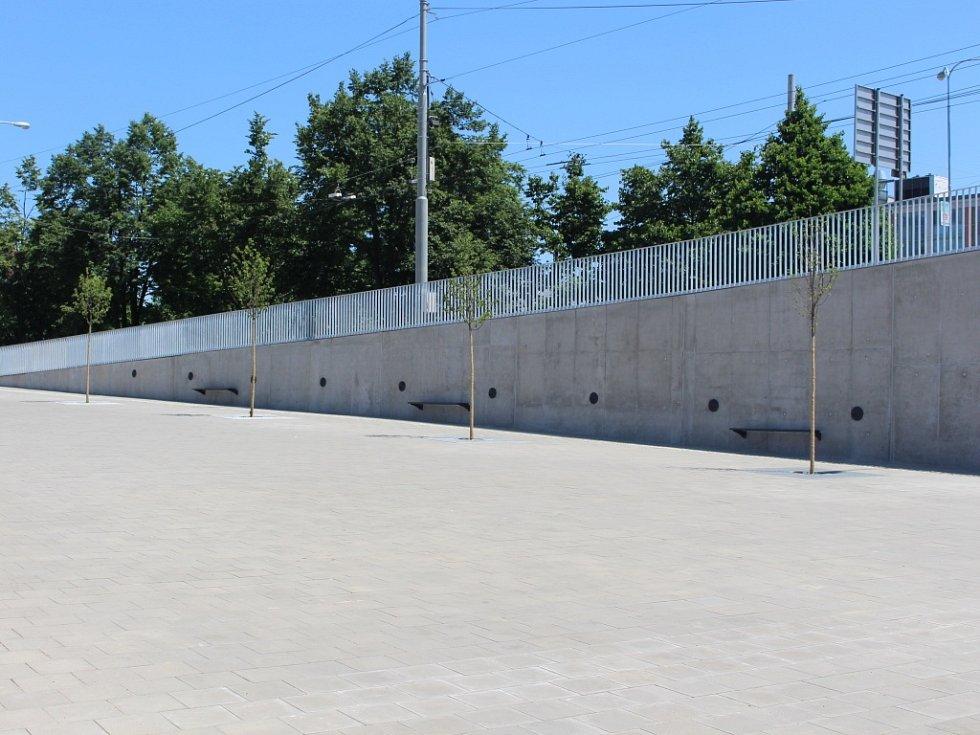Před vstupem do podchodu je rozsáhlá plocha, jejíž součástí je i odpočinková zóna s lavičkami.
