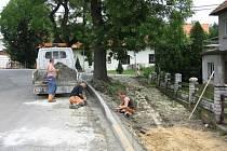 Dělníci již na novém březnickém chodníku pracují.