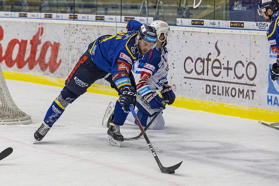 Extraligoví hokejisté Zlína (v modrém) v dohrávce 7. kola extraligy v úterý vyzvali  Kometu Brno. Na snímku Herman.
