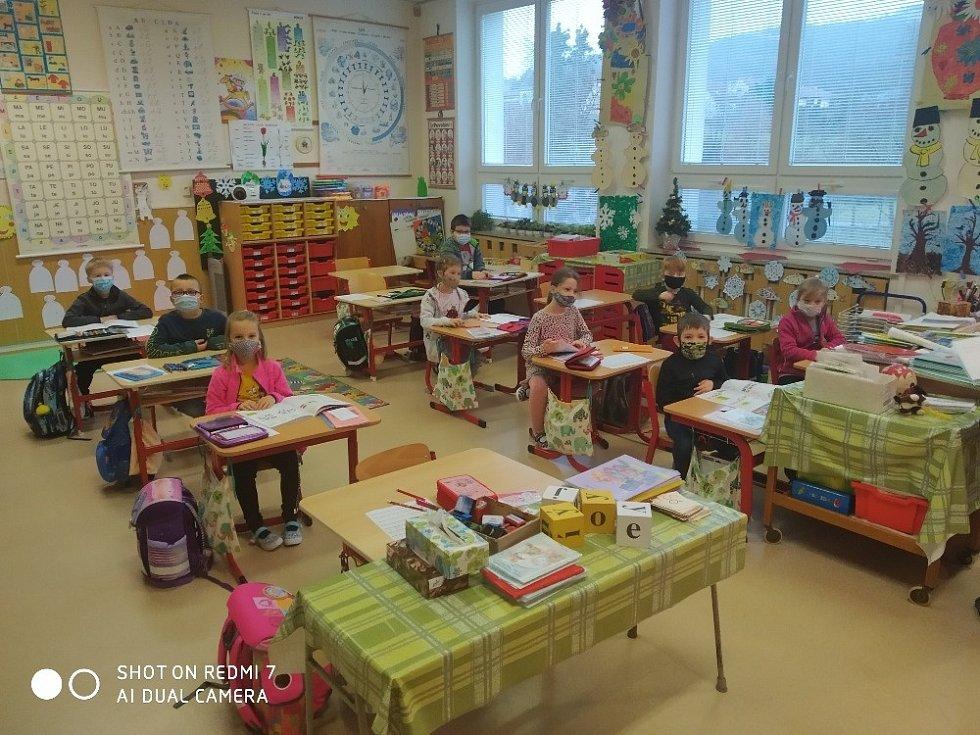 Návrat žáků Základní školy Březnice do školních lavic.