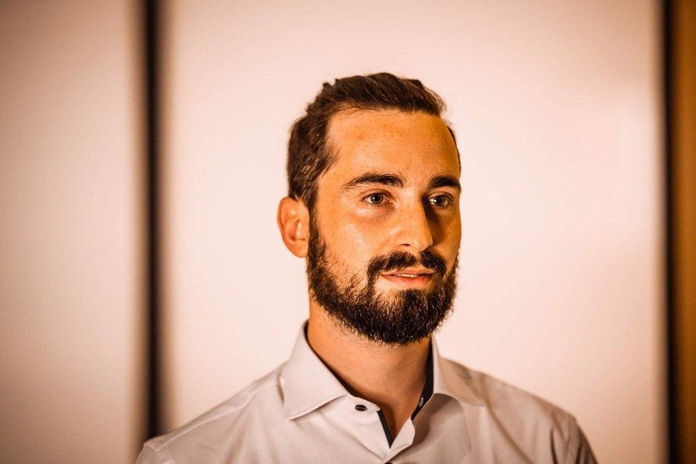Jakub Josef Forman, zlínský student a autor úspěšné aplikace pro restaurace Foode, je ukázkovým příkladem toho, že ani pandemie nezastaví dobré a kreativní nápady. Aplikace usnadňuje restauracím, barům a hotelům objednávání i placení.