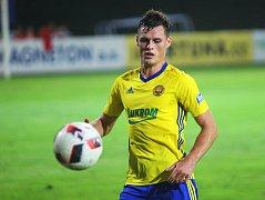 Fotbalisté Kroměříže (v červenobílých dresech) prohrál ve 2. kole MOL Cup s ligovým Zlínem 0:5.