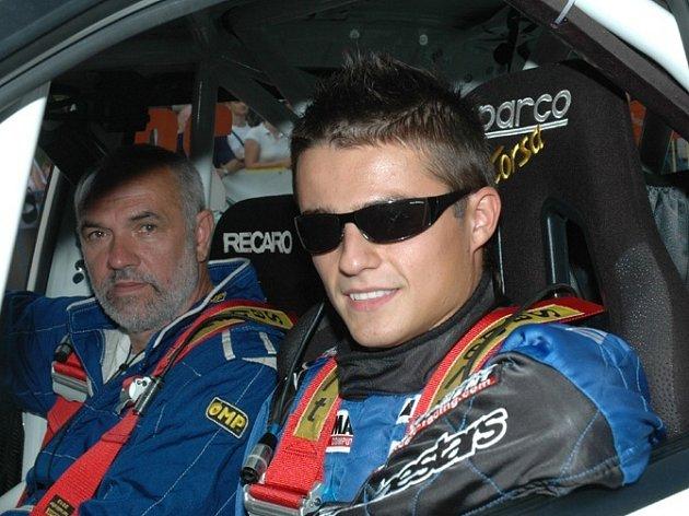 Pilot Tomáš Kostka (v popředí).