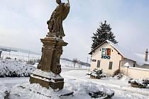 Prostor před zlínskou zoo v Lešné od čtvrtka 16. prosince opět zdobí barokní socha Anděla Strážce. Nestojí však u frekventované křižovatky, ale nedaleko hlavního vstupu.