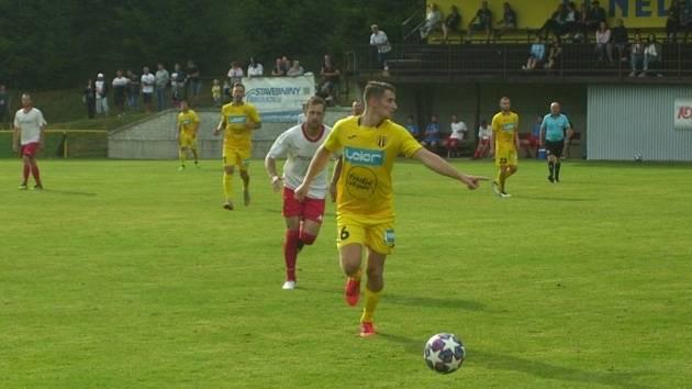 Fotbalisté Strání (ve žlutých dresech) zvítězili na hřišti v Nedašově 2:1.