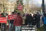 Dvacítka obyvatel Zlína protestuje před Památníkem T. Bati.proti přítomnosti premiéra Babiše.