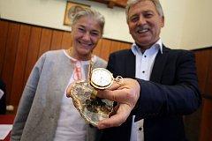 Předání zlatých hodinek Tomáše Baťi v Baťově vile ve Zlíně.