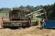 Sklízení řepky u Lukova na Zlínsku