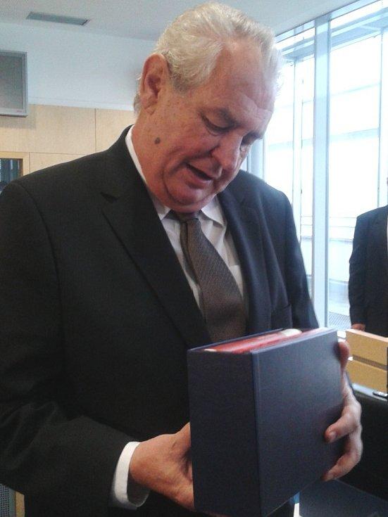 Z rukou hejtmana obdržel prezident i dary