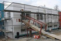 V Tečovicích dělníci pracují na nové přístavbě školy. Ta už je nutná kvůli nedostačujícím stávajícím prostorům.